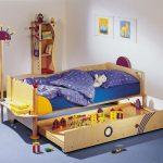 Еще один универсальный вариант - детская кровать