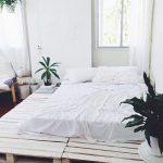 кровать из паллетов белая