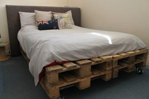 сделать кровать из паллетов