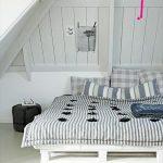 кровать из паллетов в спальне