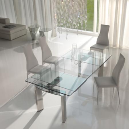 Красивый обеденный стол из стекла
