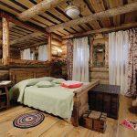 кровать из дерева в дачном доме