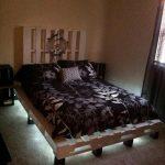 кровать из поддонов в комнате