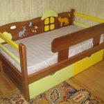 кровать с бортиком из дерева