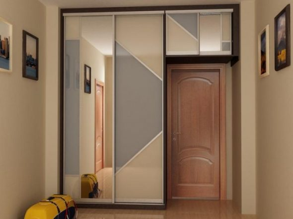 шкаф на одной линии с дверью