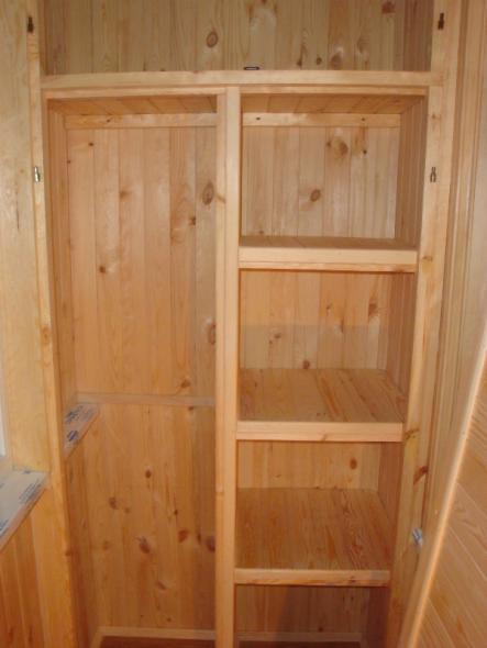 Шкаф с полками в нише балкона