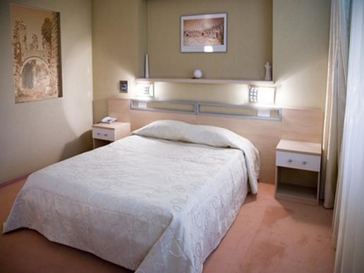 Сложные конструкции в оформлении стены за изголовьем кровати