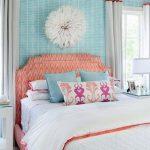 Стильное и привлекательное оформление стен в спальне