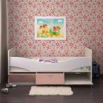 светлая кровать с бортиками