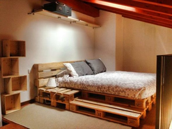 уютная кровать из поддонов