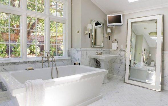 зеркало в мраморной ванной