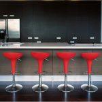 барная стойка с красными стульями