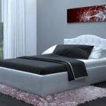 белая кровать с черным бельем