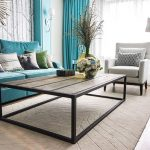 бирюзовый диван в светлом интерьере