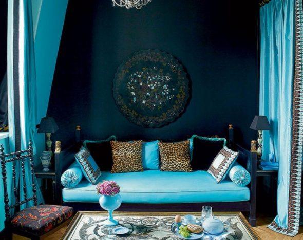 бирюзовый диван в синем интерьере