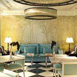 бирюзовый диван в золотом интерьере