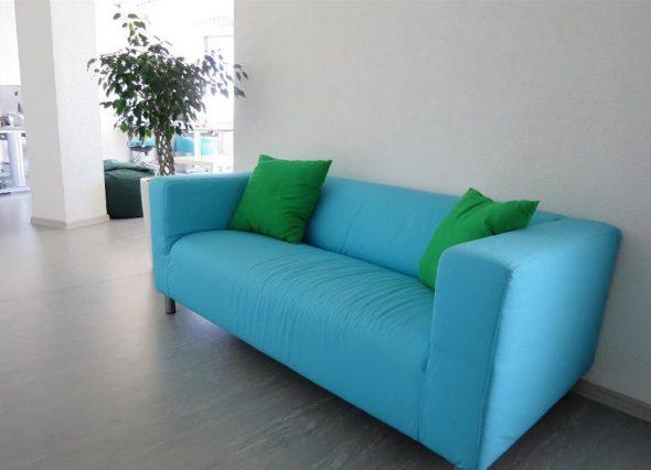 небесно голубой диван