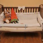 детская кровать с бортиками в спальне