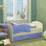 цветная кровать с бортиками