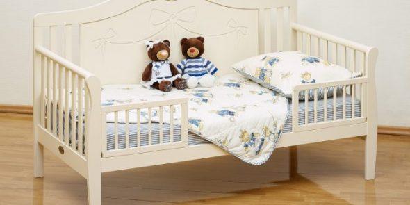 детская кроватка с бортиками и ламелями