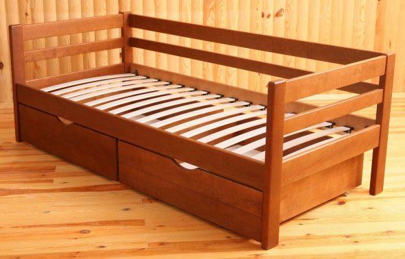 кровать из дерева с ламелями