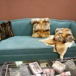 диван бирюзовый в комнате