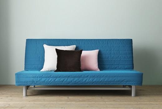 диван-кровать и разноцветные подушки