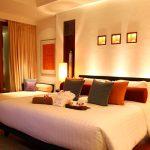 двуспальная кровать в современной спальне