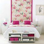 двуспальная кровать цветочный принт изголовья
