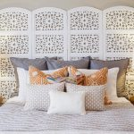 двуспальная кровать с изголовьем ширмой