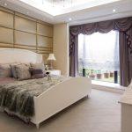 двуспальная кровать в большой спальне