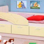 кровать с бортиком в интерьере