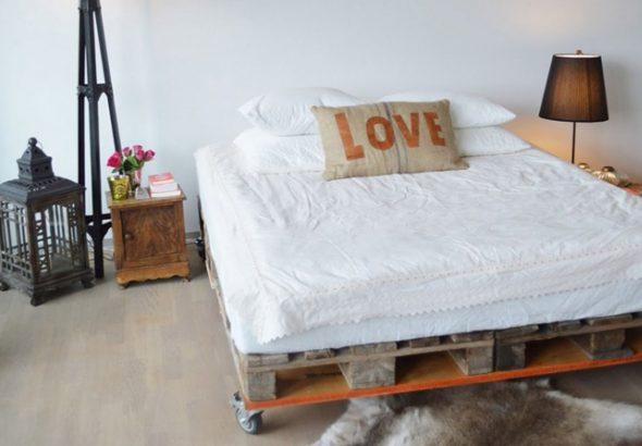 кровать из поддонов на колесах