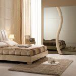 светлая спальня со светлой мебелью