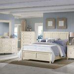 двуспальная кровать светлая спальня