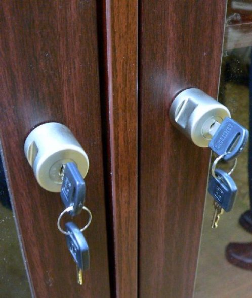 можно поставить навесной замок на шкаф из ДСП