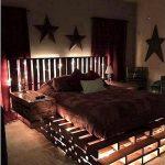 кровать из поддонов в спальне