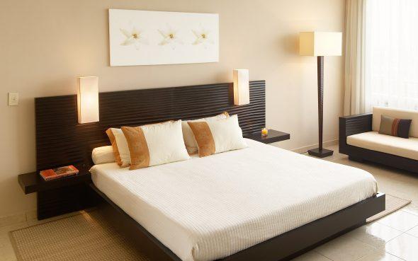 двуспальная кровать в спальне