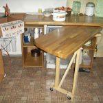 выдвижной стол из дерева на кухне