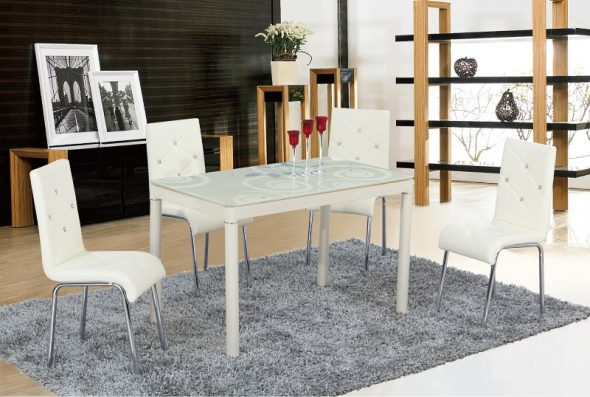 Белые стулья со стеклянным столом