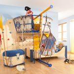 Центральную часть детской комнаты занимает кровать с балдахином и красивым текстилем