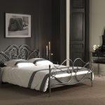 Чудесная кровать в интерьере помещения