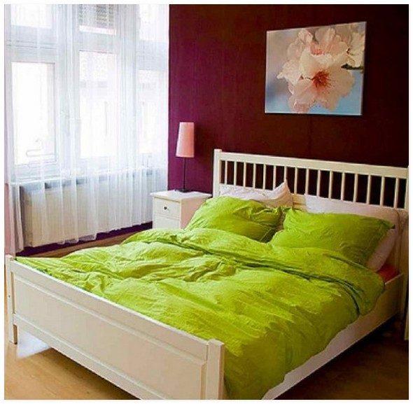 Цветочная тема у изголовья кровати