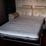 диван кровать с ортопедическим матрасом в спальне