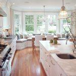 Дизайн большой кухни с диваном