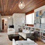 Гармония натуральной древесины на потолке и белого кирпича на стенах