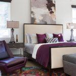 Картина над кроватью повторяет цвета спальни