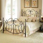 Кованая кровать в спальне, сундук в интерьере
