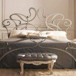 Кровать в стиле модерн характерным узором ковки