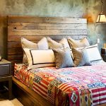 кровать деревянная в интерьере спальни